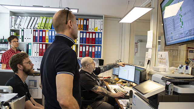 Besøg i Taastrupgaard, hvor varmeværksleder Kim Thrane Møller forklarer Peder Bacher og Kristoffer Rasmussen fra DTU samt energikonsulent i KAB Jan Ingrisch om varmeanlæggets opbygning. Foto: Hanne Kokkegård, DTU Compute, juni 2021.